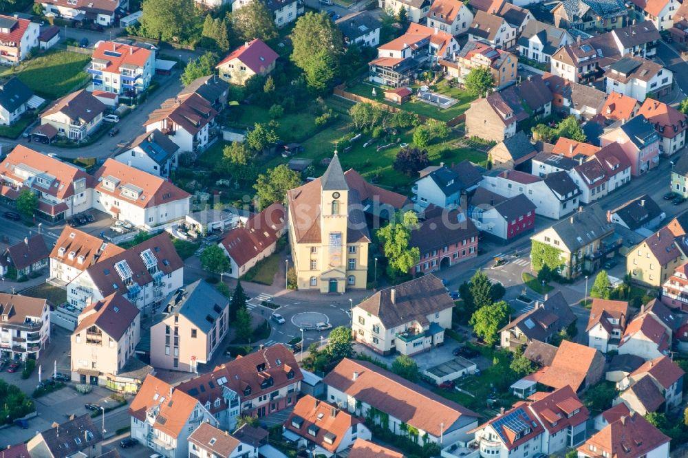 Luftbild Karlsbad - Kirchengebäude der Weinbrennerkirche