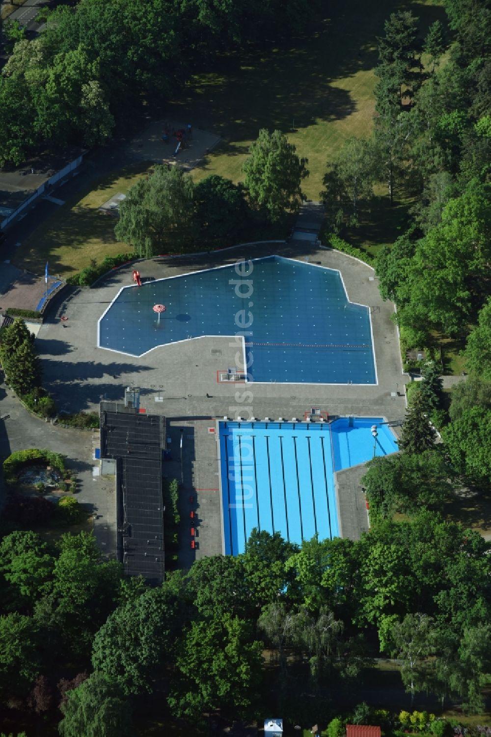 Luftaufnahme Berlin   Schwimmbecken Des Freibades Sommerbad Mariendorf An  Der Rixdorfer Straße In Berlin, Deutschland