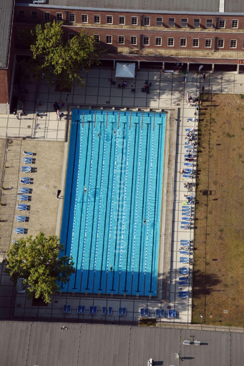 Berlin Aus Der Vogelperspektive: Schwimmbecken Des Freibades Sommerbad  Olympiastadion Am Olympischer Platz In Berlin