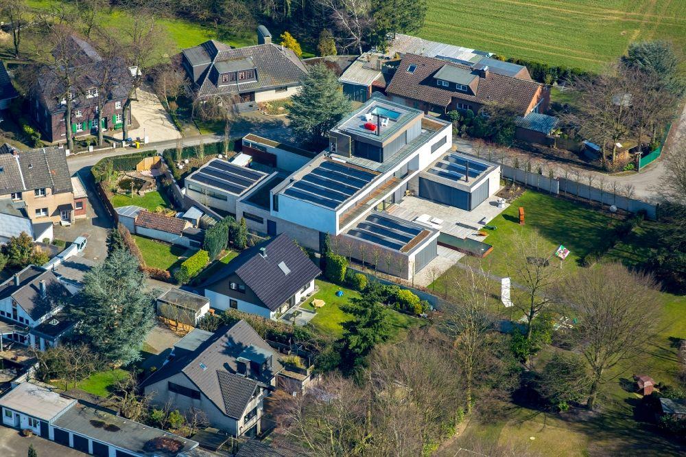 aus der Vogelperspektive: Villa mit Garten und Pool am Hagelkreuz ...