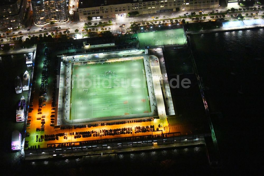 New York bei Nacht aus der Vogelperspektive: Nachtluftbild Sportstätten-Gelände der Arena des Stadion Pier 40 at Hudson River Park im Ortsteil Manhattan in New York in USA
