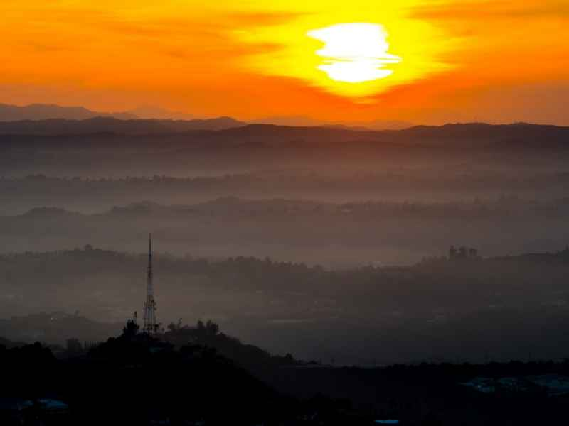 Sonnenuntergang über den Hollywood Hills in Los Angeles in Kalifornien, USA