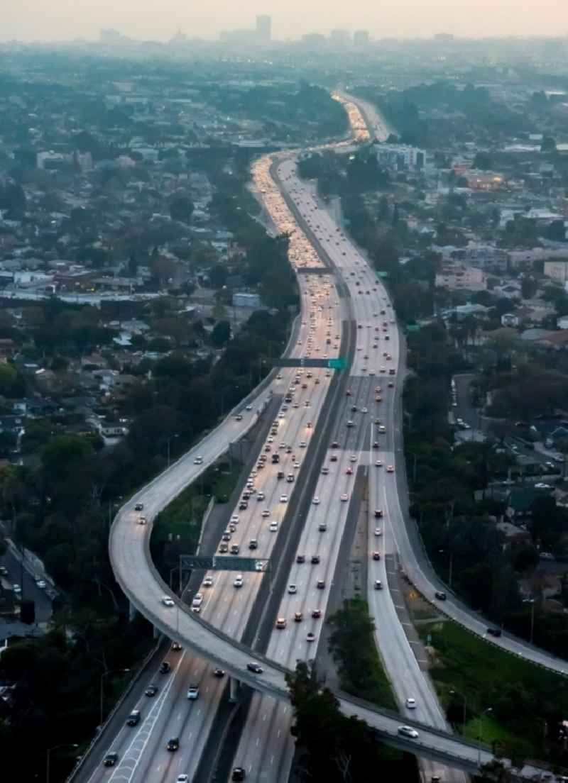 Abend- Verkehr auf dem Santa Monica Freeway Interstate 10 in Los Angeles in Kalifornien, USA