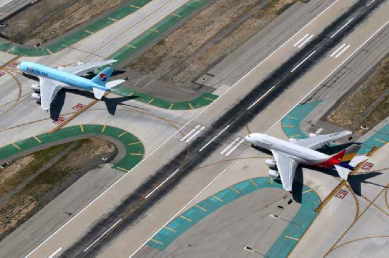 Passagierflugzeuge Airbus A380-800 der Fluggesellschaften Korean Air und Asiana rollen auf dem Flughafen in Los Angeles in Kalifornien, USA