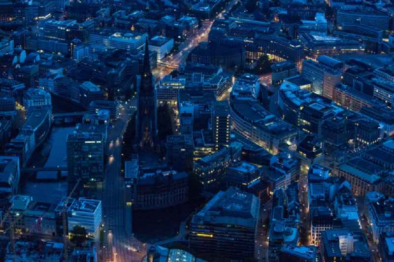 Nachtluftbild der Gedenkstätte St. Nikolai in Hamburg- Altstadt // Night aerial view of the St. Nikolai Memorial in Hamburg- Altstadt